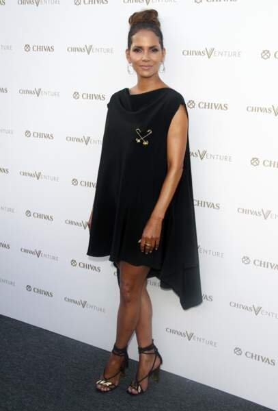 Halle Berry porte un chignon haut et volumineux