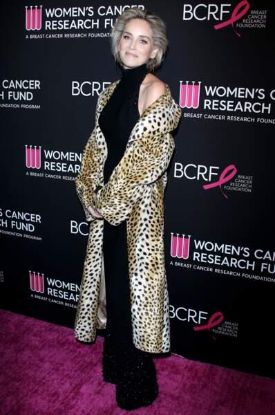 Sharon Stone réveille sa combinaison noire d'un manteau long léopard le 28 février 2019