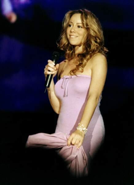 2001, sur scène c'est sa voix qui éblouie, la mise en beauté elle, reste sobre