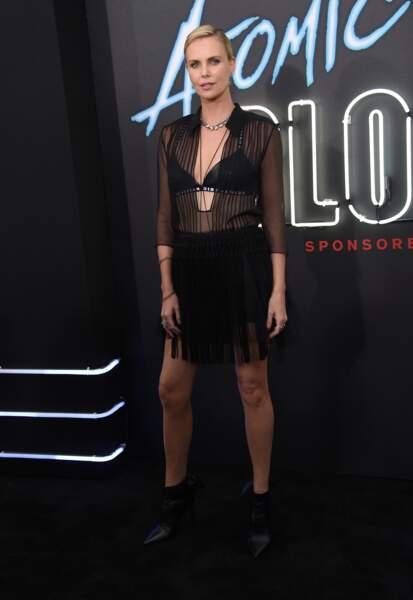 Charlize Theron : une silhouette et un bronzage parfait mis en valeur par le total look noir