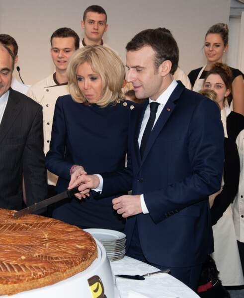 Brigitte Macron vient aider son président de mari pour le découpage de la galette