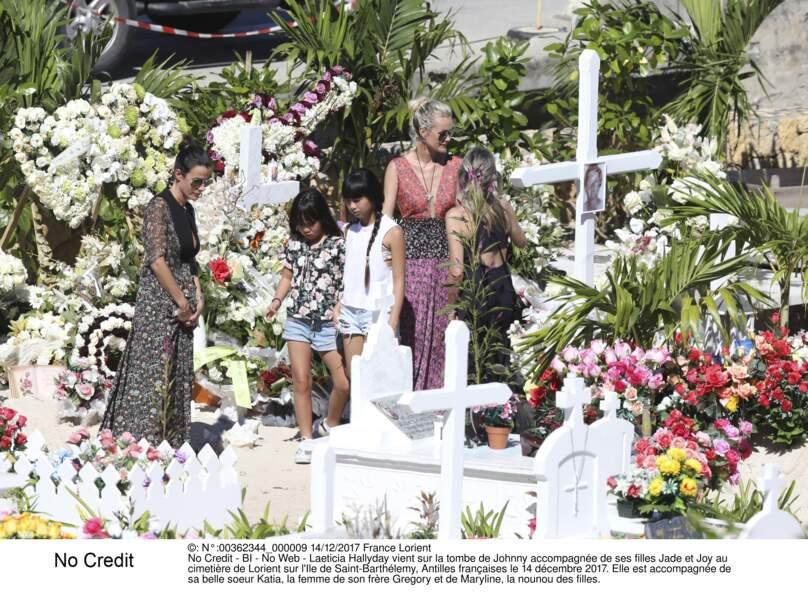 Laeticia Hallyday vient sur la tombe de Johnny avec sa belle soeur Katia, son frère et la nounou Maryline