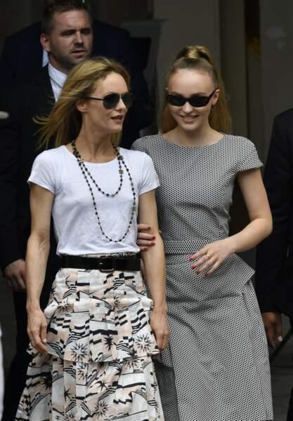 Vanessa Paradis et sa fille Lily-Rose Depp toujours ensemble au défilé Chanel, en juillet 2018