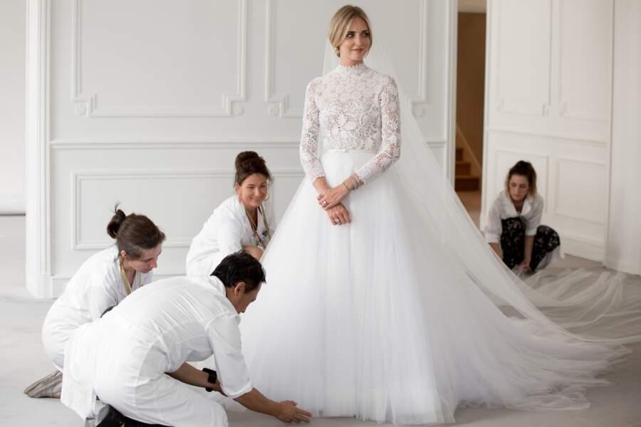 Chiara Ferragni entourée des petites mains de Dior