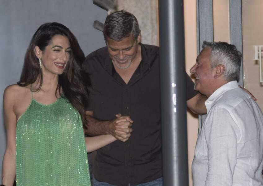 Amal Clooney, sublime en robe longue pour sortir diner avec George Clooney en Italie