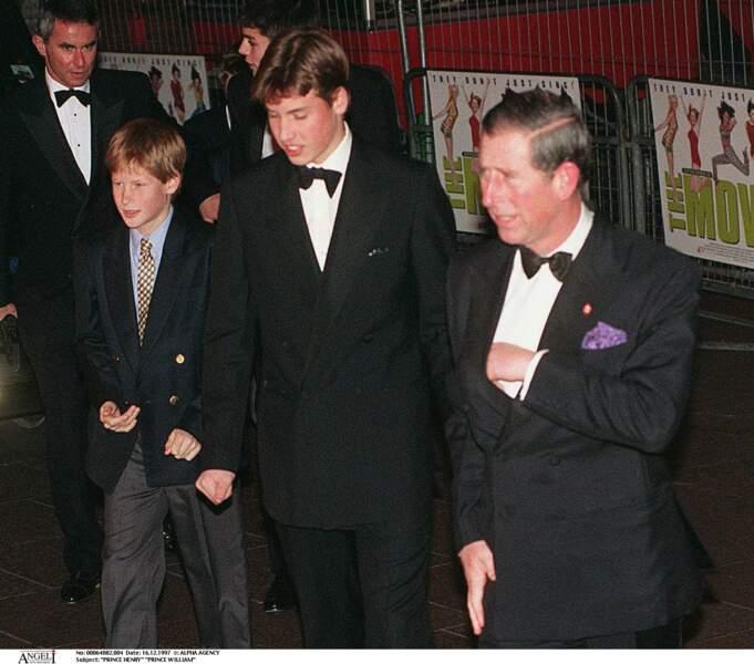 Harry, William et le prince Charles à la première du film des Spice Girls à Londres en 1997