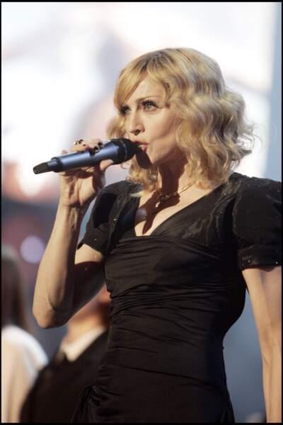 Madonna, avec un carré plongeant cranté et frange sur le côté, en concert à Wembley en 2007