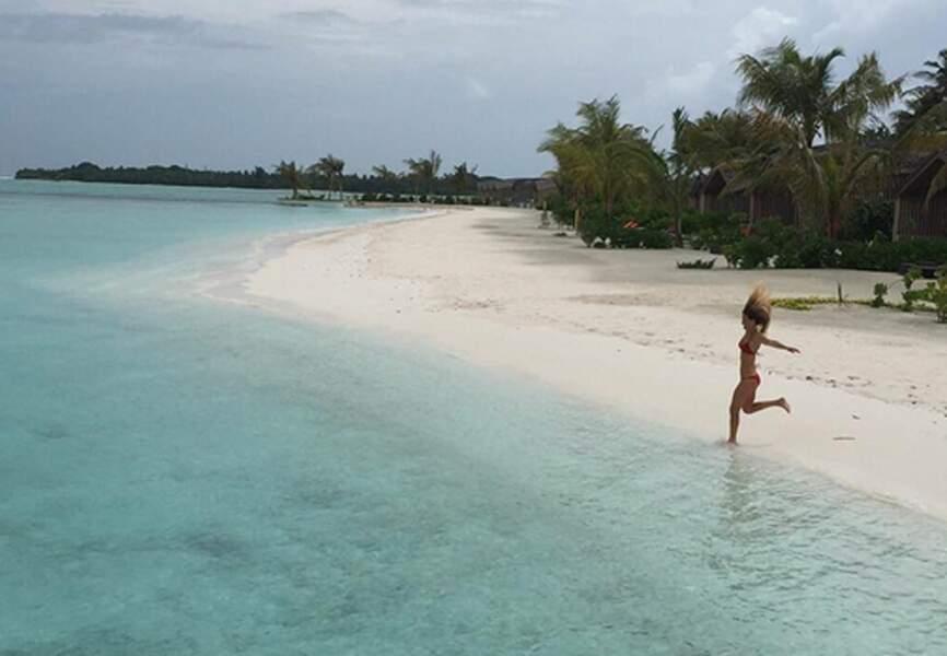 Bar Refaeli trop impatiente de se baigner dans les eaux somptueuses des Maldives