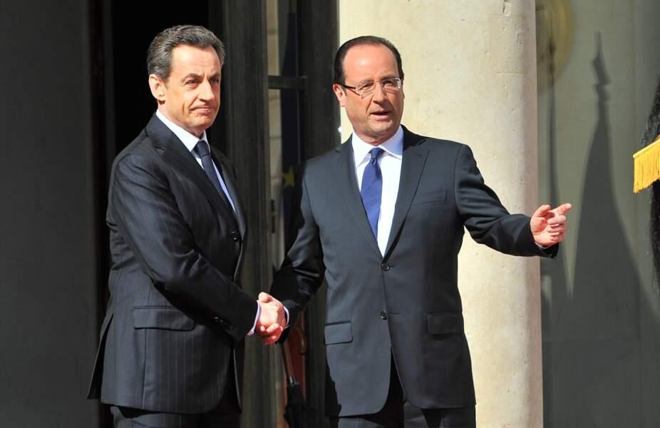 François Hollande en 2012 lors de son investiture avec son prédécesseur Nicolas Sarkozy