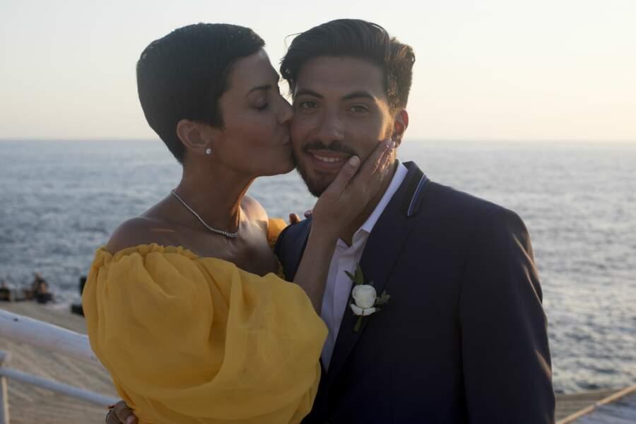 Cristina Cordula sublime dans sa robe jaune signée Giambattista Valli pose avec son fils Enzo