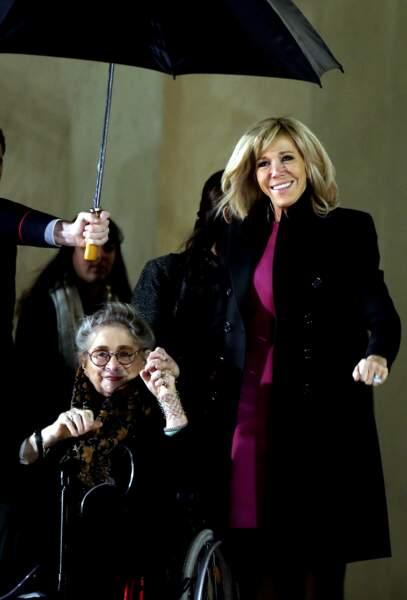 Brigitte Macron et la Première dame israélienne Nechama Rivlin prennent la pose malgré le froid
