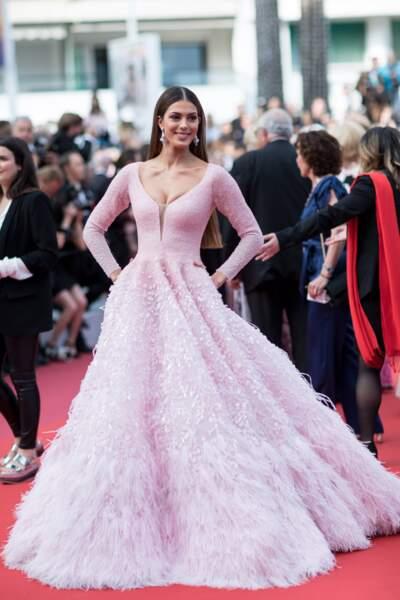 Iris Mittenaere portait une robe rose siglée Michael Cinco
