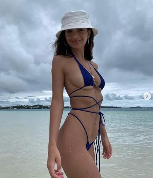 Emily Ratajkowski profite des vacances d'été pour dévoiler son impressionnante collection de maillot de bain