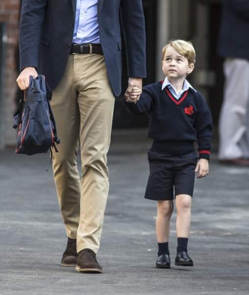 Le prince George le jour de sa rentrée, habillé lui dans les même tons que son papa le duc de Cambridge