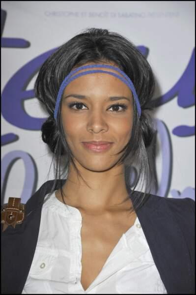 """Shym', coiffée d'un chignon flou accessoirisé d'un headband, à la première du film """"Titeuf"""" à Paris en 2011"""
