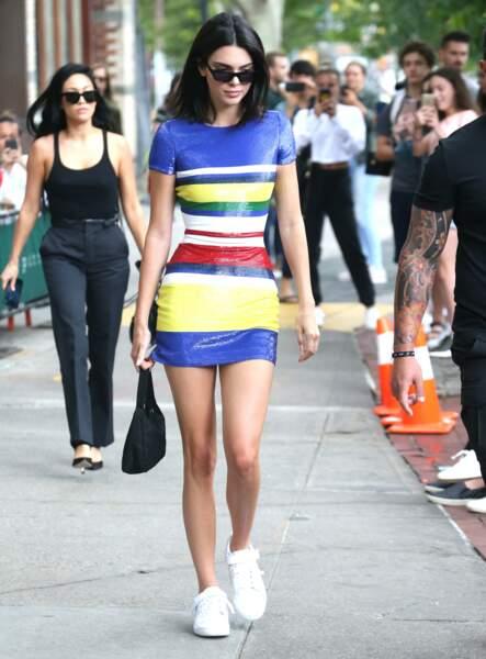 Kendall Jenner adore porter une robe courte et moulante avec sa paire de baskets