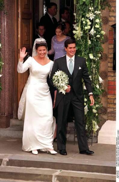 Alexia de Grèce (en robe Givenchy) et Carlos Morales lors de leur mariage à Londres le 8 juillet 1999