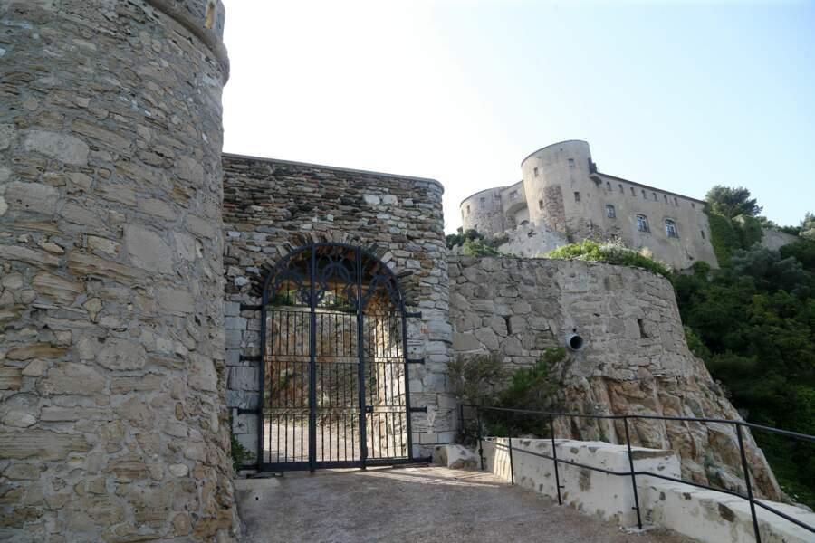 Entrée principale du fort de Brégançon, où Emmanuel et Brigitte Macron passent leurs vacances