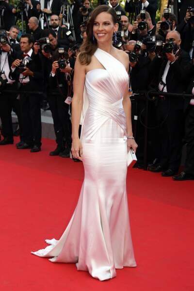 Hilary Swank en Atelier Versace et bijoux Chopard