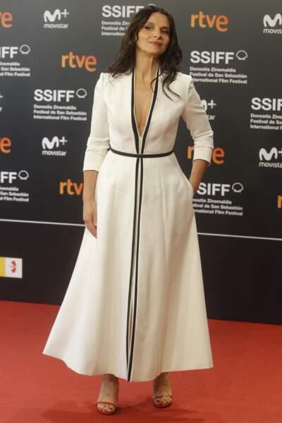 Juliette Binoche, magnifique dans une robe longue blanche et un décolleté ravageur