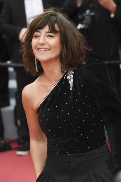 Romane Bohringer et son carré ondulé, lors de la montée des marches à Cannes le 14 mai 2019