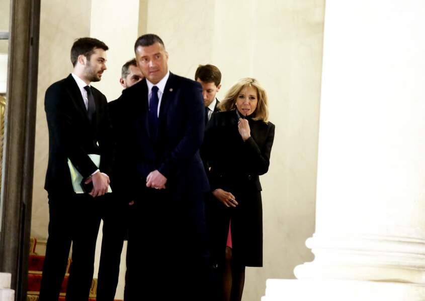 Brigitte Macron, frigorifiée, sur le perron de l'Elysée ce mercredi 23 janvier