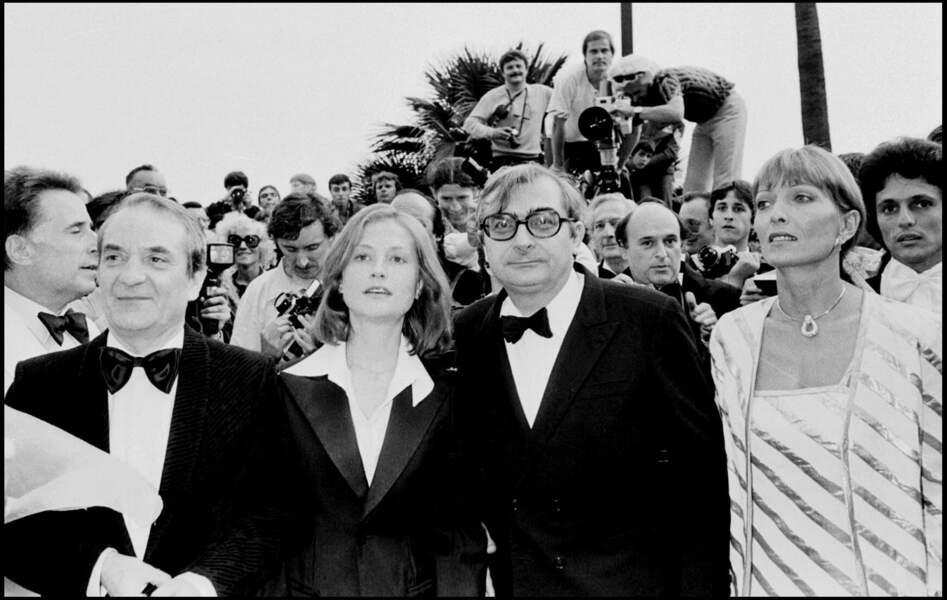 """Claude Chabrol, Stéphane Audran et Isabelle Huppert au festival de Cannes pour le film """"Violette Nozière"""" en 1978"""
