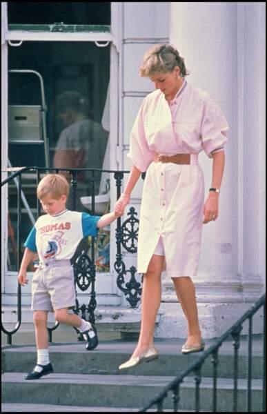 Le prince Harry à la sortie de la crèche avec sa mère la princesse Diana, à Londres en 1989