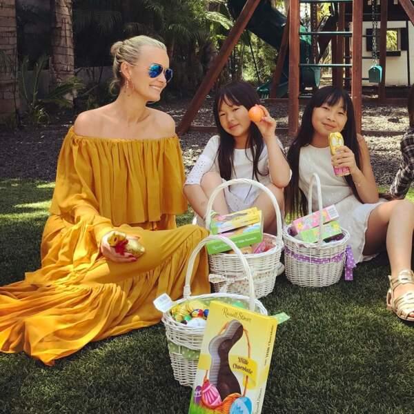 Laeticia Hallyday en robe longue jaune à épaules dénudées, avec Jade et Joy pour Pâques 2017