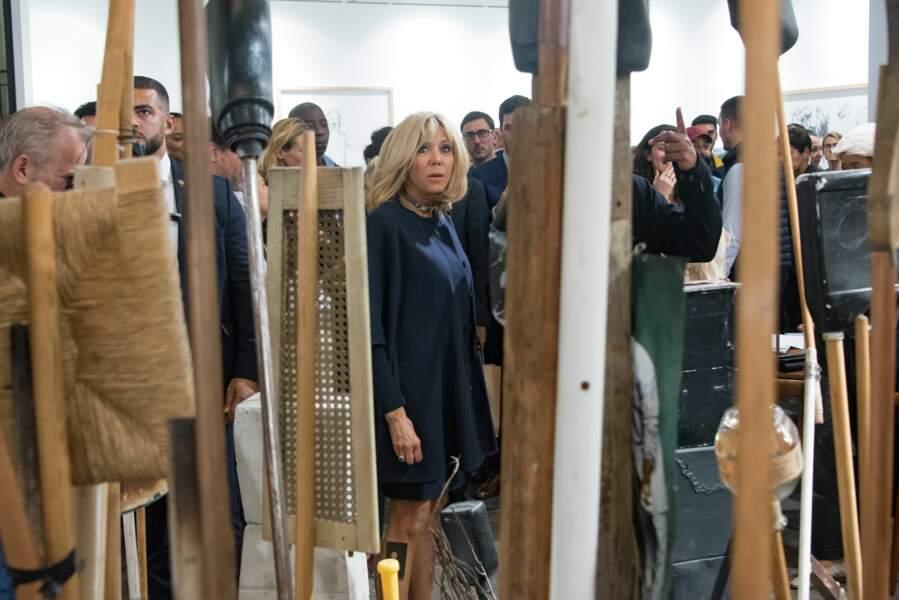 Brigitte Macron, devant les oeuvres de la FIAC