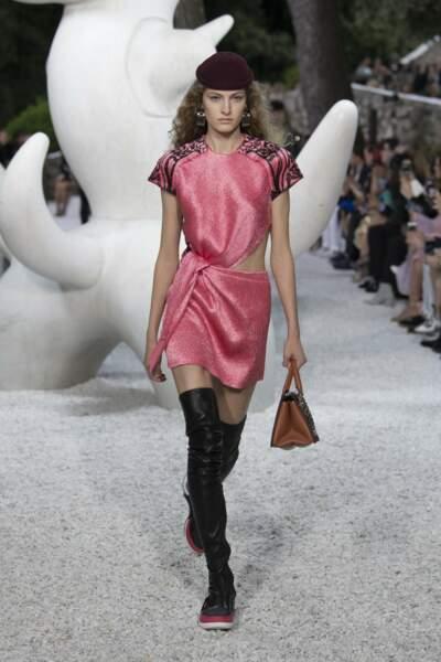 Epaules marquées, robe asymétrique qui met en valeur la silhouette de la collection Croisière de Louis Vuitton