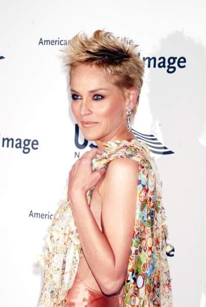 Les cheveux courts à la limite du rasé et une crête de pointes blondes pour l'actrice