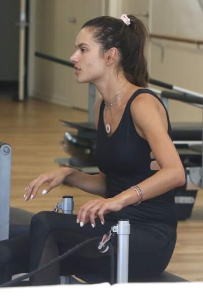 La mannequin brésilienne, Alessandra Ambrosio, dévoile des problèmes d'acné à 37 ans passés.