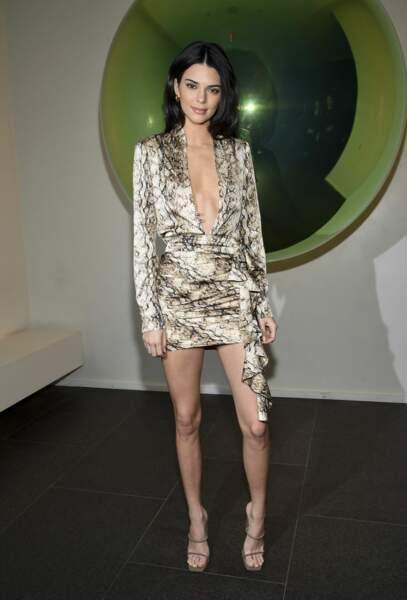 Kendall Jenner en robe courte et décolletée imprimée léopard