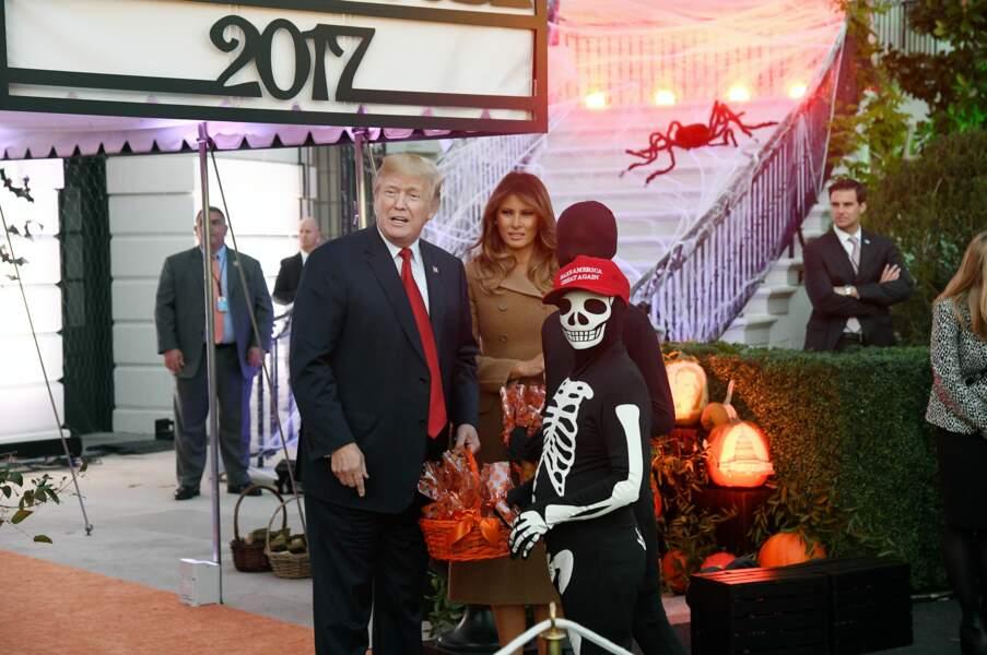 Melania et Donald Trump distribuent des bonbons pour Halloween