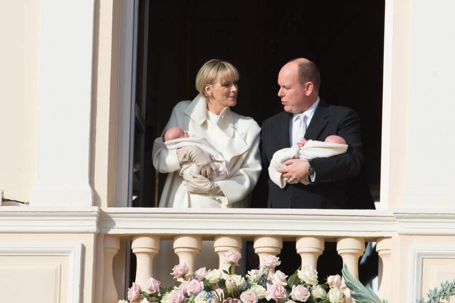 Charlène de Monaco : Carré court et frange pour la princesse lorsqu'elle présente ses jumeaux en janvier 2015