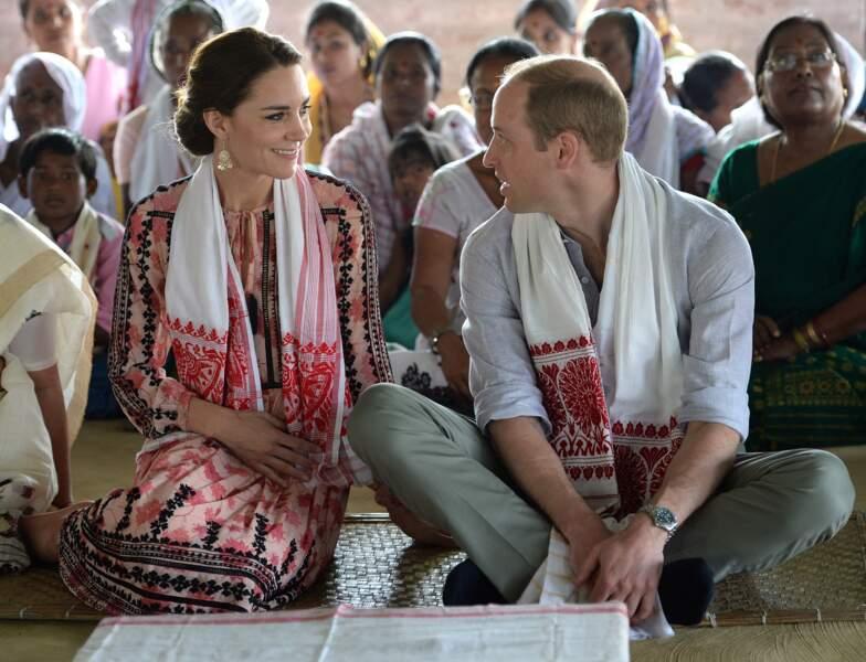 Kate et William visitent le village Pan Bari à l'occasion de leur voyage en Inde le 13 avril 2016