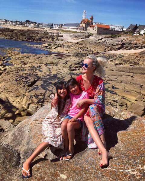 Laeticia Hallyday en robe tunique longue avec Jade et Joy à Quiberon le 15 juillet 2017