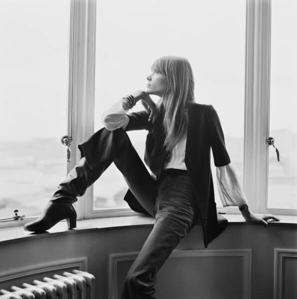 En bottes toujours, mais garçonne et bohème chic: une silhouette marquante pour feu Yves Saint Laurent.