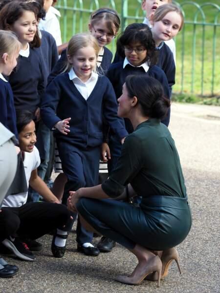 La duchesse de Sussex entourée d'enfants à Brighton