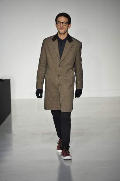 Vincent Dedienne arrive sur le podium avec un manteau de saison.