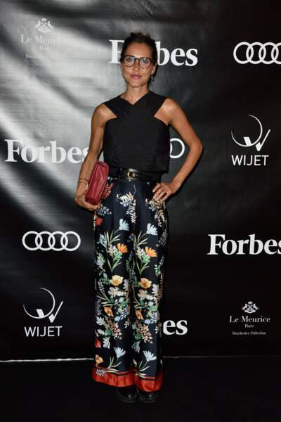Joyce Jonathan en top croisé noir et pantalon fleuri