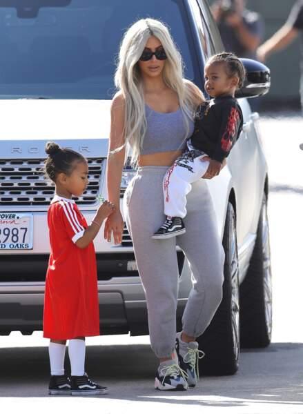 North West, la fille de Kim Kardashian a souvent un bun pour retenir ses longs cheveux crêpus