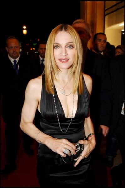 Madonna, et ses cheveux blonds dégradés ultra lissés, racines foncées, en 2005 à Paris