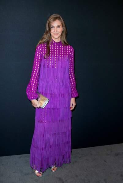 Ophélie Meunier dans une robe prune à franges