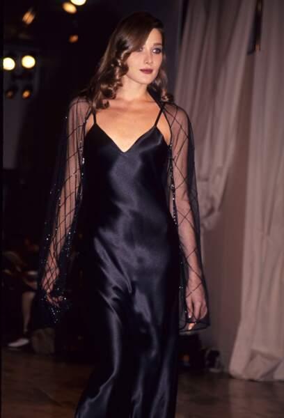 Carla Bruni, ultra glamour avec son brushing bouclé, au défilé Norma Kamali en 1992 à New York