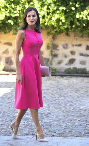 Letizia d'Espagne en robe rose fuichsia  à Almagro le 9 juillet 2019