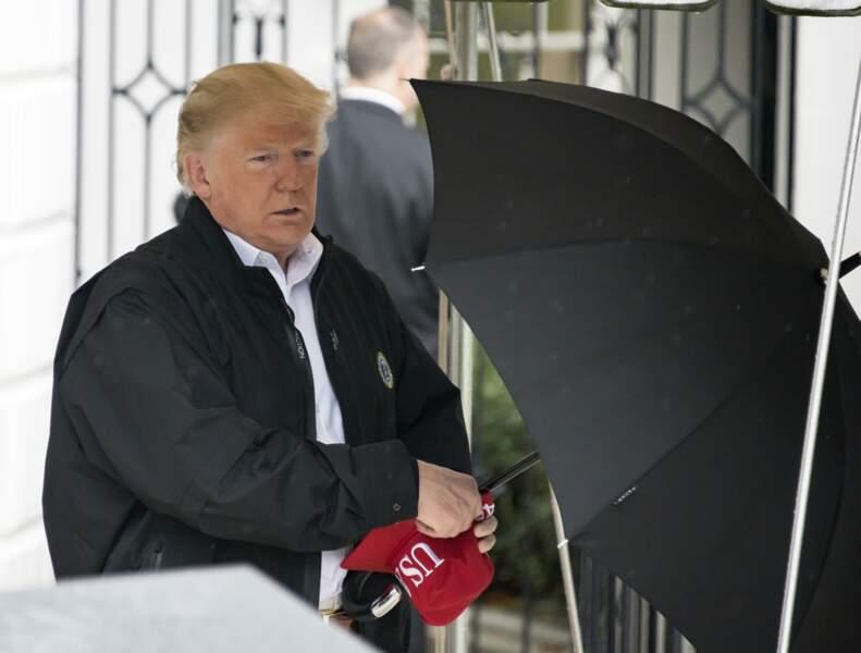 Donald Trump ouvrant son parapluie