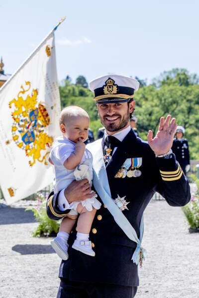 Le prince Carl Philip et son fils le prince Gabriel au palais de Drottningholm en Suède le 8 juin 2018