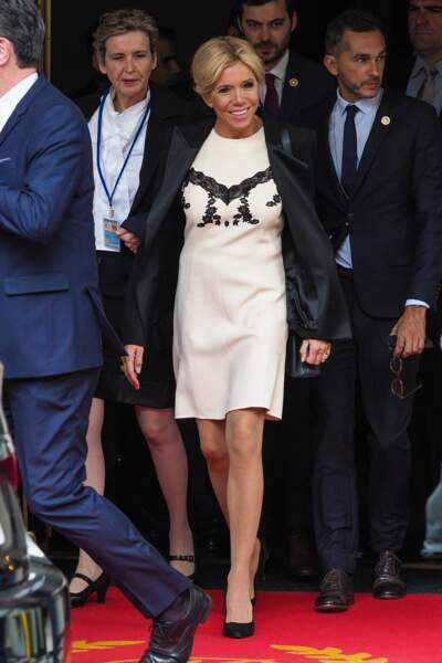 Brigitte Macron, en train de quitter l'hôtel The Pierre dans lequel elle séjourne avec Emmanuel Macron